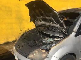 Xalapa, Ver., 20 de octubre de 2017.- Se incendia vehículo estacionado sobre la calle Juan Álvarez esquina con Francisco I. Madero, en la zona centro, no se reportan personas lesionadas.