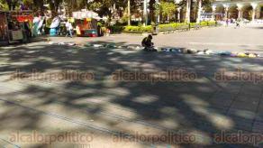 """Xalapa, Ver., 21 de octubre de 2017.- Voluntarios se suman a la campaña """"El kilómetro de la bolsa"""", material que se usará para tejer colchonetas para damnificados de sismos registrados en septiembre pasado."""