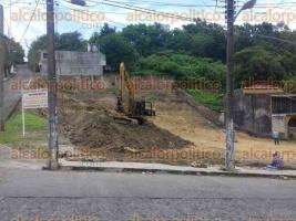 Papantla, Ver., 23 de octubre de 2017.- Vecinos rechazan la instalación de una gasolinera en la calle Cuauhtémoc pues afirman que los trabajos han dañado el pavimento de la citada calle, además de fracturar dos hogares cercanos.