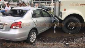 Veracruz, Ver., 23 de octubre de 2017.- En la carretera federal Veracruz-Xalapa, a la altura de las vías del ferrocarril que pasan cerca de la factoría de TENARIS-TAMSA, un ferrocarril a toda velocidad le pegó a un carro compacto.