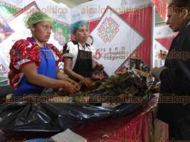 Ciudad de México, 16 de noviembre de 2017.- Provenientes de la Huasteca Baja, cocineras de pueblos indígenas cautivaron a asistentes a la 6° Expo Nacional de la CDI, con sus platillos: cerdo relleno y zacahuil, ambos elaborados en Zontecomatlán y Tlachichilco, respectivamente.