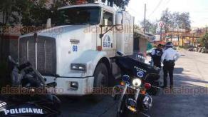 Xalapa, Ver., 17 de noviembre de 2017.- Tras operativo de búsqueda, elementos de la Policía Vial, recuperaron sobre la calle Herminio Cabañas de esta Capital, un tráiler robado esta madrugada en Cardel.