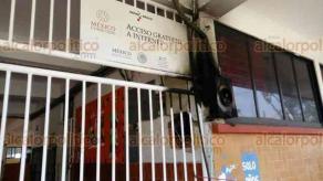 """Coatzacoalcos, Ver., 17 de noviembre de 2017.- Profesores de la primaria """"Adolfo López Mateos"""" colocaron una lona donde exigen respeto para la docente acusada por padres de familia de maltratar a los alumnos."""