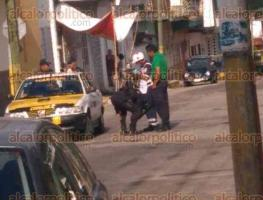 Córdoba, Ver., 17 de noviembre de 2017.- Elementos de la Policía Militar y de Seguridad Pública acordonaron la esquina de la Avenida 16 y Calle 19, del Barrio de San Pedro, donde un taxista fue asesinado la tarde de este viernes.
