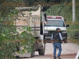 Tlalnelhuayocan, Ver., 17 de noviembre de 2017.- Elementos de la Fuerza Civil y peritos aseguraron un camión de volteo en el que había personas asesinadas, la tarde de este viernes.