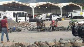 Huilopan, Ver., 17 de noviembre de 2017.- Luego de que la alcaldía de Huilopan clausurara el Centro de Servicios Municipales de Orizaba, dentro del lugar se quedaron vehículos oficiales de Limpia Pública y del transporte público denominado BUHO.