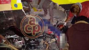 Xalapa, Ver., 18 de noviembre de 2017.- Esta madrugada, un par de jóvenes que circulaba a bordo de una motocicleta, resultó con múltiples lesiones, luego de impactarse contra una barda sobre el Camino Antiguo a Naolinco.