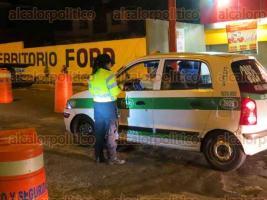 Xalapa, Ver., 18 de noviembre de 2017.- La madrugada de este sábado, elementos de Tránsito del Estado implementaron el operativo de alcoholimetría sobre la avenida Maestros Veracruzanos.