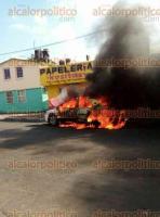 Veracruz, Ver., 18 de noviembre de 2017.- Un aparente cortocircuito en la zona de la cajuela provocó que una unidad de alquiler se incendiara en las calles Eje 1 Poniente y Ruiz Cortines de la unidad habitacional El Coyol. Al lugar acudieron elementos de Bomberos, PC, Policía Naval y Estatal.