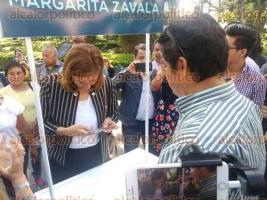 """Xalapa, Ver., 18 de noviembre de 2017.- Margarita Zavala Gómez inició en el Parque """"Juárez"""" la recolección de firmas en apoyo a su aspiración presidencial; la exprimera dama admitió que apenas ha recaudado poco más de cien mil del millón de expresiones de apoyo que le exige el Instituto Nacional Electoral."""