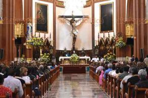 Xalapa, Ver., 19 de noviembre de 2017.- Como cada semana, xalapeños acuden a la misa dominical oficiada por el arzobispo Hipólito Reyes Larios en la Catedral de esta ciudad.