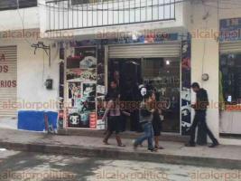 Papantla, Ver., 19 de noviembre de 2017.- Solitario sujeto asaltó una tienda de tenis en pleno centro de Papantla, se llevó 2 mil 500 pesos y un celular; cuando era perseguido disparó al aire y huyó.