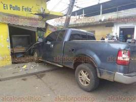 """Isla, Ver., 19 de noviembre de 2017.- El conductor de una camioneta se estrelló con el local """"El Pollo Feliz"""", en la esquina de Francisco I. Madero y Benito Juárez, en el Centro. Derribó parte la fachada del establecimiento."""