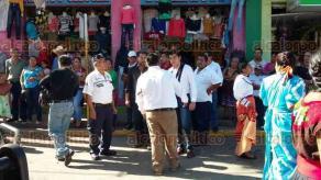 Tezonapa, Ver., 20 de noviembre de 2017.- Falta de coordinación de las autoridades municipales provocó que se cruzaran los desfiles de Tezonapa y Cosolapa, Oaxaca. El hecho molestó a la alcaldesa Adanery Medina Guerrero, pues el contingente oaxaqueño invadió calles de Tezonapa.