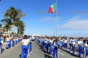 Veracruz, Ver., 20 de noviembre de 2017.- Desfile cívico para conmemorar el 107 aniversario de la Revolución Mexicana. El contingente, integrado en su mayoría por escuelas, desfiló sobre el bulevar Ávila Camacho.
