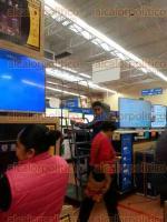 Fortín, Ver., 20 de noviembre de 2017.- Clientes de la tienda Walmart solicitaron la intervención de la PROFECO, luego de que el personal no quiso respetar una promoción de pantallas de 53 pulgadas cuyo precio era de $10.999.
