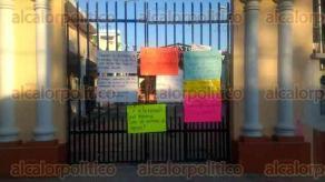 """Martínez de la Torre, Ver., 21 de noviembre de 2017.- Profesores de la primaria """"Libertadores de América"""" tomaron la escuela para denunciar malos tratos de la directora, Dula Zapata Nacif."""