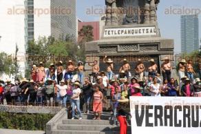 Ciudad de México, 21 de noviembre de 2017.- Frente al monumento a Cuauhtémoc en paseo de la Reforma e Insurgentes, mujeres del Movimiento de los 400 Pueblos protestaron para exigir una reunión con el Senado sobre el caso del gobierno de Veracruz.