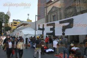 Ciudad de México, 21 de noviembre de 2017.- Estudiantes y padres de los 43 normalistas de Ayotzinapa se plantaron afuera de la Cancillería, para exigir justicia.