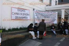 """Xalapa, Ver., 22 de noviembre de 2017.- Trabajadores del Hospital Regional """"Dr. Luis F. Nachón"""", se manifestaron esta mañana para exigir un cambio de jefatura en el departamento de Enfermería."""