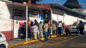"""Xalapa, Ver., 22 de noviembre de 2017.- Para exigir destitución del Director, padres de familia de la primaria """"Enrique C. Rébsamen"""" tomaron el plantel ubicado en la calle Orizaba, en el fraccionamiento Pomona."""