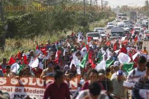 Medellín de Bravo, Ver., 22 de noviembre de 2017.- Agremiados de AC marcharon sobre la carretera Veracruz-Medellín de Bravo para exigirle al alcalde Luis Gerardo Pérez, que cumpla con obras prometidas.