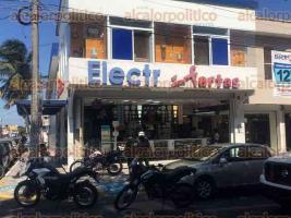 Veracruz, Ver., 22 de noviembre de 2017.- Cuerpos de emergencia se movilizaron a un negocio de venta de material eléctrico, entre las calles Negrete y Bolívar en la colonia Zaragoza, tras el reporte de robo y agresión con arma de fuego a usuario.