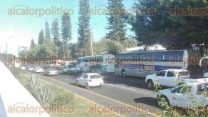 Xalapa, Ver., 23 de noviembre de 2017.- A las 11:00 horas integrantes de RACIMOS liberaron la vialidad en la avenida Lázaro Cárdenas a la altura de Plaza Américas, ambos sentidos.