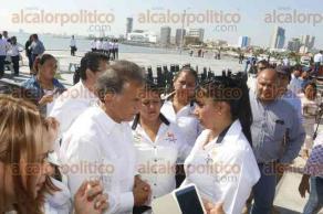 Boca del Río, Ver., 23 de noviembre de 2017.- Docentes jubilados se manifestaron durante la celebración del Día de la Armada por la falta de pago de pensiones.