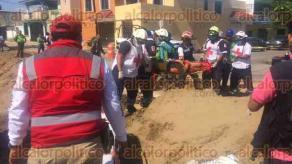 Coatzacoalcos, Ver., 23 de noviembre de 2017.- Cuatro empleados de una empresa privada que laboran para la CFE en una canaleta, fueron aplastados por arena y concreto.