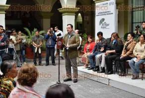 """Xalapa, Ver., 23 de noviembre de 2017.- Esta tarde, el alcalde Américo Zúñiga Martínez entregó apoyos a beneficiarios del programa """"Mi hogar seguro"""", en el patio central del Palacio Municipal."""