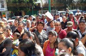 Xalapa, Ver, 23 de noviembre de 2017.- Integrantes de la organización AC se manifestaron en las oficinas del Centro Administrativo Municipal para reclamar a la Comisión Municipal de Agua y Saneamiento agilizar los trabajos de varias obras acordadas.