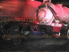 Amatlán, Ver., 23 de noviembre de 2017.- Un muerto, dos lesionados y daños materiales por más de los 60 mil pesos, dejó como saldo un choque registrado entre un vehículo y una pipa de PEMEX, en la autopista Veracruz-Córdoba.