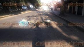 Xalapa, Ver., 24 de noviembre de 2017.- De aproximadamente 50 centímetros de diámetro es el socavó que se formó en la calle Acueducto, entre la avenida Ruiz Cortines y la calle Obras Publicas, en la colonia Virginia Cordero de Murillo