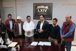 Xalapa, Ver., 24 de noviembre de 2017.- El alcalde Américo Zúñiga Martínez entregó al Congreso del Estado la propuesta para el pago de remanentes a municipios.