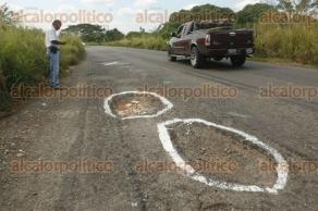 Medellín de Bravo, Ver., 24 de noviembre de 2017.- Vecinos de las comunidades de Juan de Alfaro, La Capilla, El Mangal y El Copital, piden a las autoridades que reparen el tramo carretero Paso del Toro-La Capilla, ante constantes accidentes registrados en la zona.