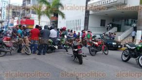 Minatitlán, Ver., 24 de noviembre de 2017.- Motociclistas se manifestaron en el Palacio Municipal contra la inseguridad que se vive en la ciudad; denunciaron que han sufrido más de 30 robos de unidades en lo que va del año; bloquearon la avenida Hidalgo.