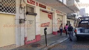 Veracruz, Ver., 24 de noviembre de 2017.- Un local de impermeabilizantes y pinturas fue abierto y robado por desconocidos este viernes en la calle 5 de Mayo, entre Arista y Serdán, en pleno Centro Histórico. Policías se movilizaron al lugar.