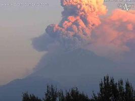 Estado de México., 24 de noviembre de 2017.- La tarde de este viernes el volcán Popocatépetl emitió dos exhalaciones, una a las 17:12 horas y otra a las 17:54 horas, esta última tuvo una altura de 4 kilómetros. Por Twitter, autoridades advirtieron por la caída de ceniza en distintos estados.