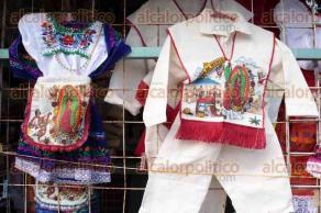 197a08eb1c5 Comerciantes de la zona de mercados mencionaron que han tenido bajas ventas  de artículos navideños