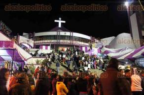 Xalapa, Ver., 11 de diciembre de 2017.- Fieles católicos llegan a la Basílica Menor de El Dique la noche de este lunes, previo a que, a la medianoche, se canten