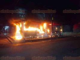 Martínez de la Torre, Ver., 12 de diciembre de 2017.- La noche de este lunes se movilizaron los cuerpos de auxilio después de recibir reporte de un incendio en el interior de una casa de empeño ubicado en el centro de Villa Independencia.