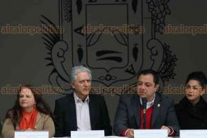 Xalapa, Ver., 12 de diciembre de 2017.- En el auditorio del IMAC, se reunieron el presidente municipal Américo Zúñiga y el alcalde electo Hipólito Rodríguez, con el Comité de entrega-recepción del ayuntamiento de Xalapa.