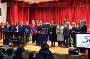 Xalapa, Ver., 13 de diciembre de 2017.- La rectora de la UV, Sara Ladrón de Guevara, y el director Jerónimo Ricárdez Jiménez, develaron la placa conmemorativa del 50 aniversario de la Facultad de Contaduría y Administración. Además, entregaron reconocimientos a profesores.