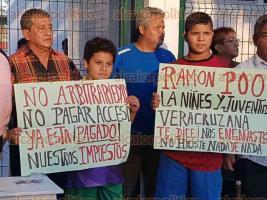 Veracruz,Ver., 14 de diciembre de 2017.- Este jueves, vecinos del barrio La Huaca se manifestaron a la entrada de la Unidad Deportiva