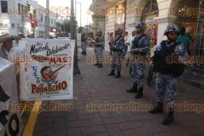 Veracruz, Ver., 14 de noviembre de 2017.- Extrabajadores del extinto SAS se manifestaron previo al inicio del Cuarto Informe de Labores del Alcalde de Veracruz. Piden el pago del fondo de ahorro que equivale a 23 millones de pesos.