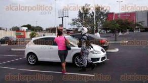 Veracruz, Ver., 15 de diciembre de 2017.- En el estacionamiento de la Plaza Comercial de Mega Las Palmas, una mujer que retiró dinero en efectivo sufrió un intento de asalto; gracias a la intervención de un elemento del IPAX, que detonó su arma de cargo al aire, no se consumó el atraco.