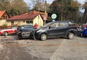 Xalapa, Ver., 15 de diciembre de 2017.- Conductor de automóvil Audi chocó contra una camioneta en la carretera Xalapa-Coatepec, vía Briones, esquina con Camino a Cinco Palos; únicamente se reportaron daños materiales.
