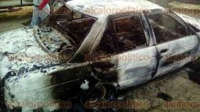 Emiliano Zapata, Ver., 15 de diciembre de 2017.- Habitantes de Chavarrillo hallaron un automóvil calcinado, en la entrada de la localidad. Hasta el momento se desconocen los motivos.