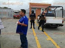 Tuxpan, Ver., 15 de diciembre de 2017.- La tarde de este viernes, tres personas que transitaban a bordo de un auto Chevy, fueron atacados a balazos por sujetos desconocidos, sobre la carretera Tuxpan-Tampico; dos hombres fueron heridos.
